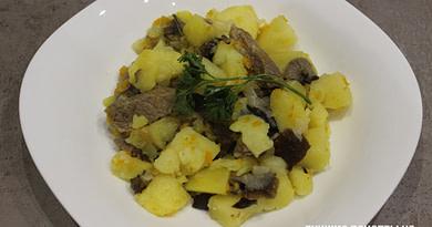 Тушеная картошка в сковороде со свининой и грибами рецепт