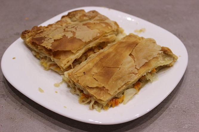 Пирог из слоеного теста с капустой рецепт
