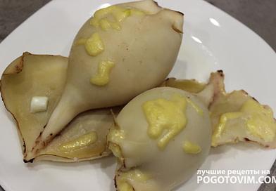 Кальмары фаршированные грибами, сыром и яйцами рецепт