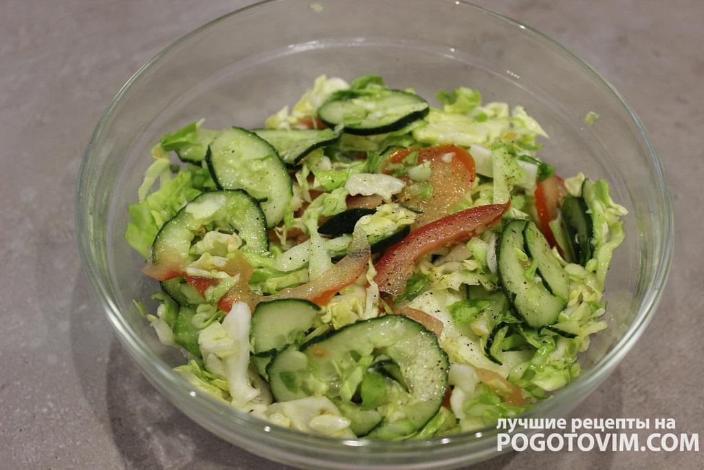 Простой овощной салат c капустой, огурцом и помидором рецепт