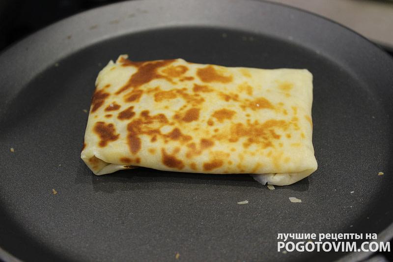Тонкие блины из готовой смеси с курицей, сыром и соленым огурцом рецепт