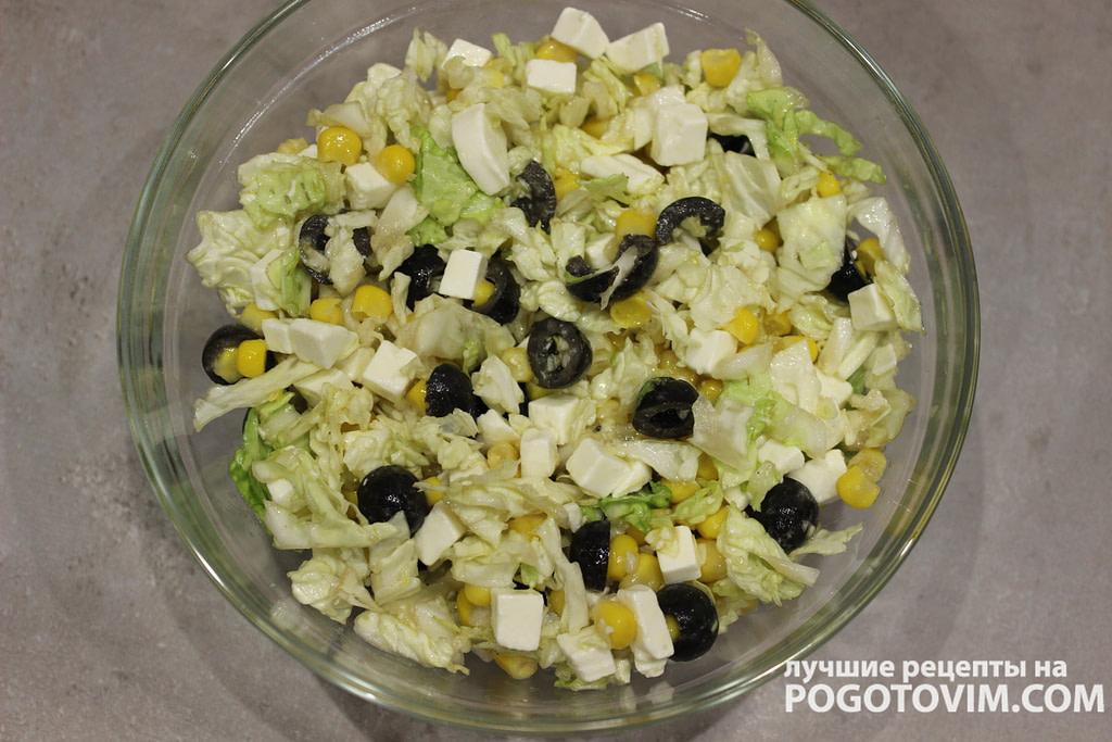 Салат из пекинской капусты с творожным сыром, оливками и кукурузой рецепт