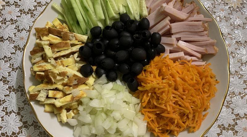 Салат Кучки с яичным блином и маслинами рецепт