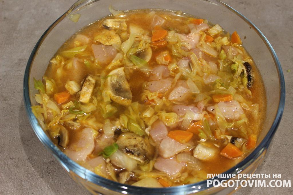 Тушеная капуста с курицей и  шампиньонами в томатном соусе - рецепт