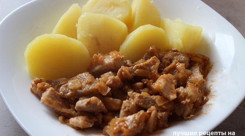Гуляш из свинины с луком и томатной пастой на сковороде Рецепт