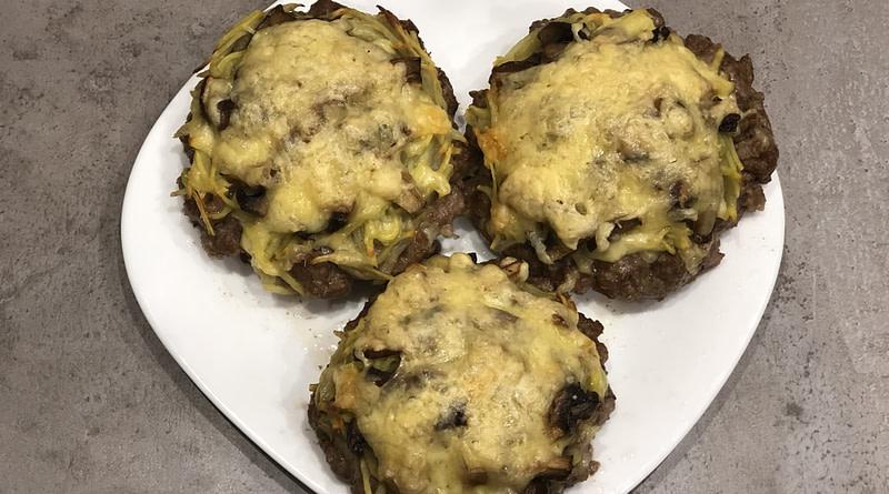 Бифштексы из фарша с картошкой, грибами и сыром в духовке рецепт
