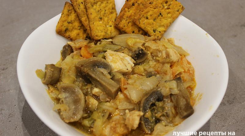 Тушеная капуста с курицей и шампиньонами в томатном соусе рецепт