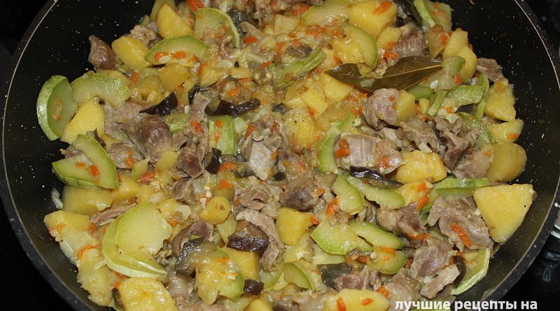 Тушеная картошка с куриными желудками и овощами рецепт